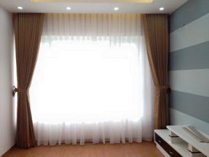 Sử dụng rèm vải cách nhiệt vào mùa hè là rất cần thiết.